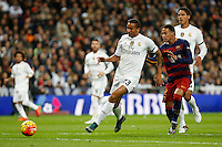 Real Madrid´s Danilo (L) and Barcelona´s Neymar Jr during 2015-16 La Liga match between Real Madrid and Barcelona at Santiago Bernabeu stadium in Madrid, Spain. November 21, 2015. (ALTERPHOTOS/Victor Blanco) /NortePhoto