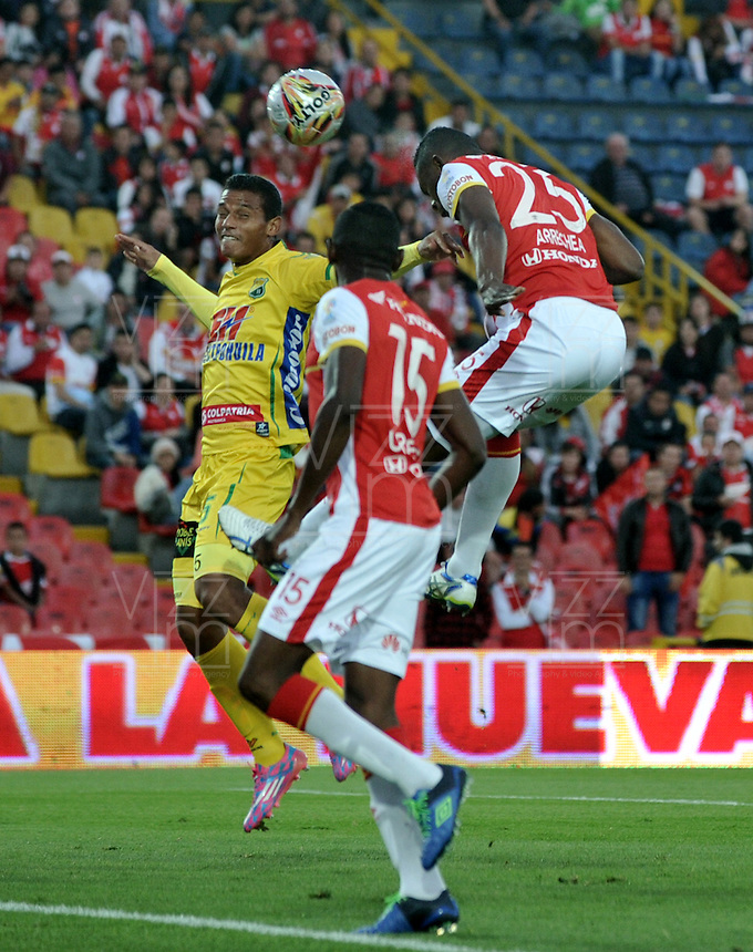 BOGOTA - COLOMBIA - 23-08-2015: Luis Quiñonez (Der.) jugador de Independiente Santa Fe disputa el balón con Diego Amaya (Izq.) jugador de Atletico Huila, durante partido por la fecha 8 entre Independiente Santa Fe y Atletico Huila de la Liga Aguila II-2015, en el estadio Nemesio Camacho El Campin de la ciudad de Bogota. / Luis Quiñonez (R) player of Independiente Santa Fe struggles for the ball with Diego Amaya (L) jugador of Atletico Huila, during a match of the 8 date between Independiente Santa Fe and Atletico Huila, for the Liga Aguila II -2015 at the Nemesio Camacho El Campin Stadium in Bogota city, Photo: VizzorImage / Luis Ramirez / Staff.