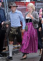 FUSSBALL   1. BUNDESLIGA   SAISON 2012/2013    Die Mannschaft des FC Bayern Muenchen besucht das Oktoberfest am 07.10.2012 Philipp Lahm mit Frau Claudia
