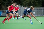 AMSTELVEEN  -  Anouk Lambers (Pin) met Lisanne de Lange (Lar) , hoofdklasse hockeywedstrijd dames Pinole-Laren (1-3). COPYRIGHT  KOEN SUYK