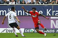 Valentino Lazaro (Hertha BSC Berlin) gegen Jonathan de Guzman (Eintracht Frankfurt) - 21.04.2018: Eintracht Frankfurt vs. Hertha BSC Berlin, Commerzbank Arena