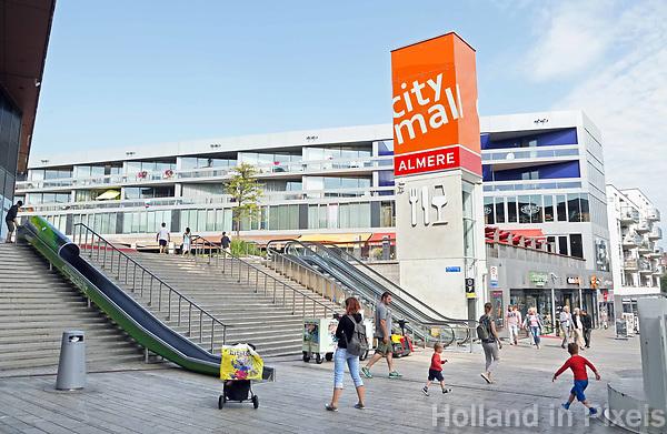 Nederland  Almere  2017.   City Mall Almere. Straatbeeld in het Stadshart.   Foto Berlinda van Dam / Hollandse Hoogte