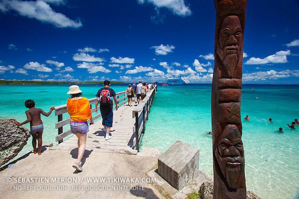 Croisiéristes australiens en escale aux îles Loyauté (Nouvelle-Calédonie), paquebot Pacific Pearl au mouillage de Easo, Lifou