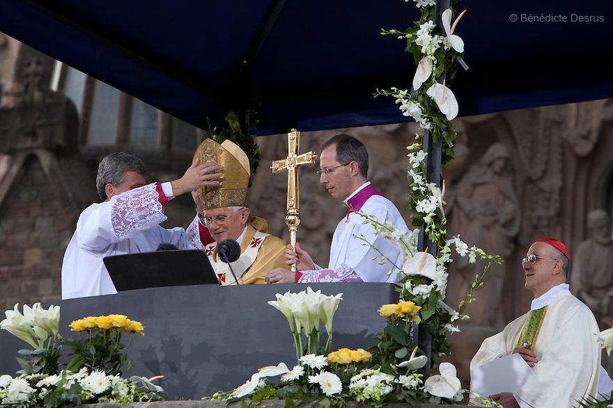 Sunday 7 november - Barcelona, Spain - Pope Benedict XVI during his visit in Barcelona. The Pope consecrates La Sagrada Familia church. Photo credit: Benedicte Desrus