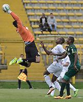 BOGOTÁ -COLOMBIA, 30-04-2016. Diego Alejandro Novoa (Izq) arquero de La Equidad salta por el balón con Oscar Estupiñan (C) de Once Caldas durante partido por la fecha 16 de la Liga Águila I 2016 jugado en el estadio Metropolitano de Techo de la ciudad de Bogotá./ Diego Alejandro Novoa (L) goalkeeper of La Equidad jumps for the ball in fron of Oscar Estupiñan (C) player of Once Caldas during the match for the date 16 of the Aguila League I 2016 played at Metropolitano de Techo stadium in Bogotá city. Photo: VizzorImage/ Gabriel Aponte / Staff