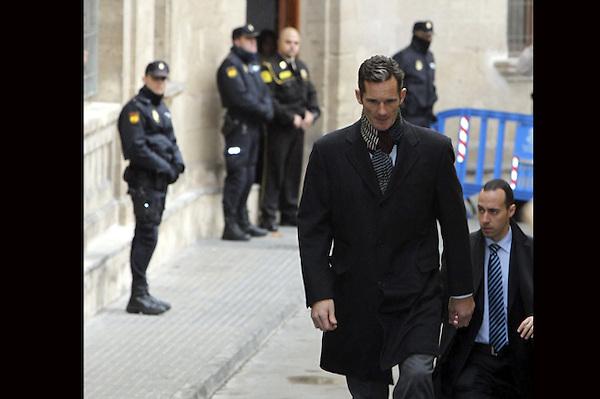GRA190. PALMA DE MALLORCA, 23/02/2013.- El duque de Palma, Iñaki Urdangarin (2d), abandona los juzgados de Palma tras prestar declaración durante cuatro horas como imputado por las supuestas irregularidades detectadas en la gestión de fondos públicos por parte del Instituto Nóos. EFE/ISAAC BUJ