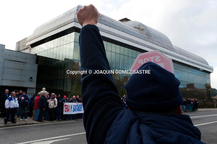 27 ENERO 2012 SANTAnder.Trabajadores de la empresa TEKA  continuan sus concentraciones ,haciendo cortes de trafico.foto © JOAQUIN GOMEZ SASTRE