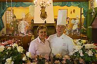 Europe/France/Rhône-Alpes/69/Rhône/Le Bois d'Oingt: Yves et Lucette Gudefin du Restaurant Gudefin et ses fresques naîves