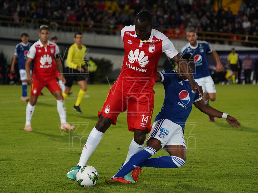 BOGOTA - COLOMBIA, 15-01-2019: Juan Salazar (Der) Jugador de Millonarios, disputa balon con Baldomero Perlaza (Izq) jugador del Independiente Santa Fe, durante partido entre Independiente Santa Fe y Millonarios, por el Torneo Fox Sports 2019, jugado en el estadio Nemesio Camacho El Campin de la ciudad de Bogota. / Juan Salazar (R) player of Millonarios vies for the ball with Baldomero Perlaza (L) Player of Independiente Santa Fe during a match between Independiente Santa Fe and Millonarios, for the Fox Sports Tournament 2019, played at the Nemesio Camacho El Campin stadium in the city of Bogota. Photo: VizzorImage / Diego Cuevas / Cont.