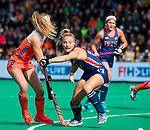 ROTTERDAM - Yibbi Jansen (Ned) met Ashley Hoffman (USA)   tijdens de Pro League hockeywedstrijd dames, Netherlands v USA (7-1)  ..COPYRIGHT  KOEN SUYK