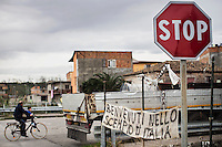 Gioia Tauro, Calabria, 03.12.2014. Gioia Tauro er regnet som Ndrangheta syndikatets wall street. Det estimeres at 80% av all kokain som kommer inn i europa kommer gjennom denne havnen, som er under klanenes kontroll. Dndrangheta syndikatet har en årlig omsettning på mer enn Deutche bank og McDonalds tilsammen. Bilder til feature om båndene mellom Vatikanet, Ndrangheta og den italienske stat. Foto: Christopher Olssøn.