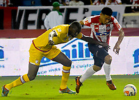 BARRANQUIILLA - COLOMBIA, 21-10-2017: Teofilo Gutierrez (Der) del Atlético Junior disputa el balón con Javier Lopez (Izq) jugador de Independiente Santa Fe durante partido por la fecha 16 de la Liga Águila II 2017 jugado en el estadio Metropolitano Roberto Meléndez de la ciudad de Barranquilla. / Teofilo Gutierrez (R) player of Atletico Junior struggles the ball with Javier Lopez (L) player of Independiente Santa Fe during match for the date 16 of the Aguila League II 2017 played at Metropolitano Roberto Melendez stadium in Barranquilla city.  Photo: VizzorImage/ Alfonso Cervantes / Cont