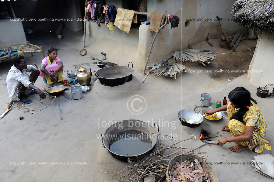 INDIA West Bengal, people prepare food in dalit village Kustora / INDIEN Westbengalen , Dalit Dorf Kustora , Frauen bereiten Essen zu