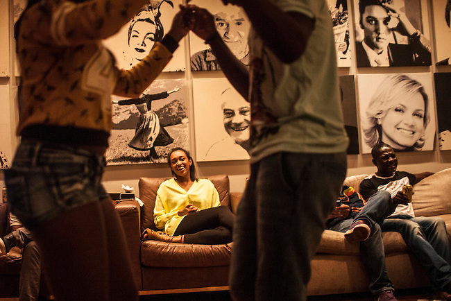 Wendy, hermana del volante de la selecci&oacute;n Colombia, Fredy Guarin,disfruta viendo bailar a otros familiares de jugadores, durante una reunion en la cual los familiares le agradecieron al equipo de la la Federacion que los acompanan, en el hotel Sofitel,  en Guaruja el 25  de junio de 2014.<br /> <br /> Foto: Joaquin Sarmiento/Archivolatino<br /> <br /> COPYRIGHT: Archivolatino<br /> Solo para uso editorial. No esta permitida su venta o uso comercial.