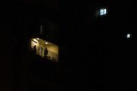 SÃO PAULO, SP, 05.05.2015 - PANELAÇO-SP - Durante o programa eleitoral do PT, moradores do bairro do Butantã fazem panelaço em protesto na região oeste da cidade de São Paulo na noite dessa terça-feira, 05.  (Foto: Kevin David/Brazil Photo Press).
