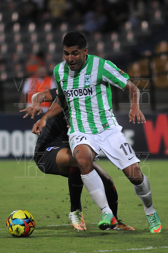 MEDELLIN - COLOMBIA -05-04-2014: Jefferson Duque (Der.) jugador de Atletico Nacional disputa el balón con Luis Narvaez (Izq.) jugador de Atletico Junior durante partido Atletico Nacional y Atletico Junior por la fecha 15 de la Liga Postobon I 2014 en el estadio Atanasio Girardot de la ciudad de Medellin. / Jefferson Duque (R) player of Atletico Nacional fights for the ball Luis Narvaez (L) player of Atletico Junior during a match Atletico Nacional and Atletico Junior for the date 15th of the Liga Postobon I 2014 at the Atanasio Girardot stadium in Medellin city. Photo: VizzorImage  / Luis Rios / Str.