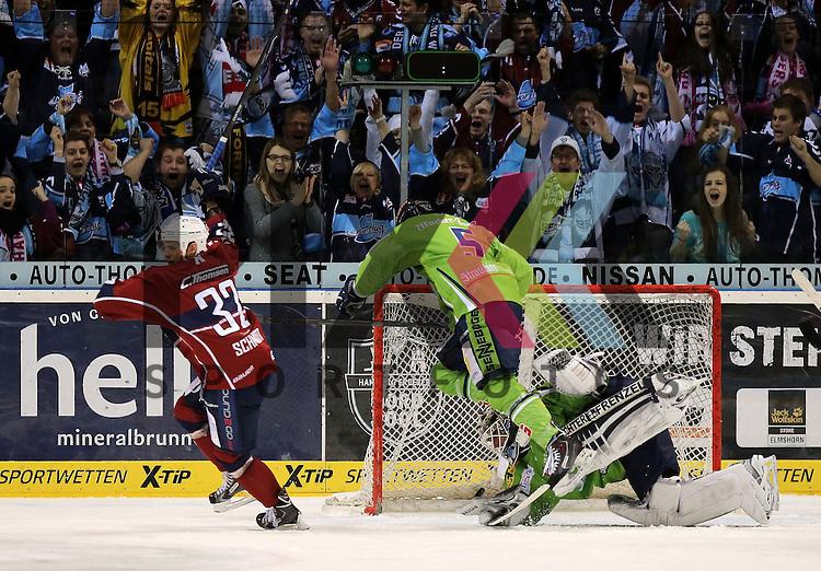 Das Tor zum 1:1 Torsch&uuml;tze Kevin Schmidt (Hamburg, l.) trifft gegen Goalie Jason Bacashihua (Straubing) mitte kommt Dylan Yeo  (Straubing) zu sp&auml;t im Spiel in der DEL, Hamburg Freezers - Straubing Tigers.<br /> <br /> Foto &copy; P-I-X.org *** Foto ist honorarpflichtig! *** Auf Anfrage in hoeherer Qualitaet/Aufloesung. Belegexemplar erbeten. Veroeffentlichung ausschliesslich fuer journalistisch-publizistische Zwecke. For editorial use only.