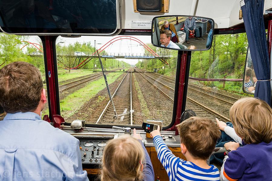 Childs observe the attractions alongside the line.   Kinder beobachten die Attraktionen entlang der Strecke.