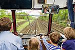Childs observe the attractions alongside the line. | Kinder beobachten die Attraktionen entlang der Strecke.
