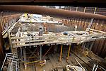 AMSTERDAM - In de bouwput Sixhaven in Amsterdam-Noord werken medewerkers van de Zinktunnel Noord/Zuidlijn Kombinatie aan de 140 meter lange tunnelelementen van de Noord/Zuidlijn. Nadat vorig jaar in opdracht van het projectbureau Noord/Zuidlijn de eerste twee betonnen bakken uit de onder water gelopen bouwput met hulp van schepen tijdelijk naar het Westelijk Havengebied zijn vervoerd, worden nu de resterende elementen afgebouwd. De tunnelelementen zullen later gedeeltelijk onder het Centraal Station worden geschoven en op de bodem van het IJ worden afgezonken als onderdeel van de bijna tien kilometer lange ondergrondse metrolijn die in 2011 klaar zijn, en ongeveer 1,5 miljard euro kost. COPYRIGHT TON BORSBOOM