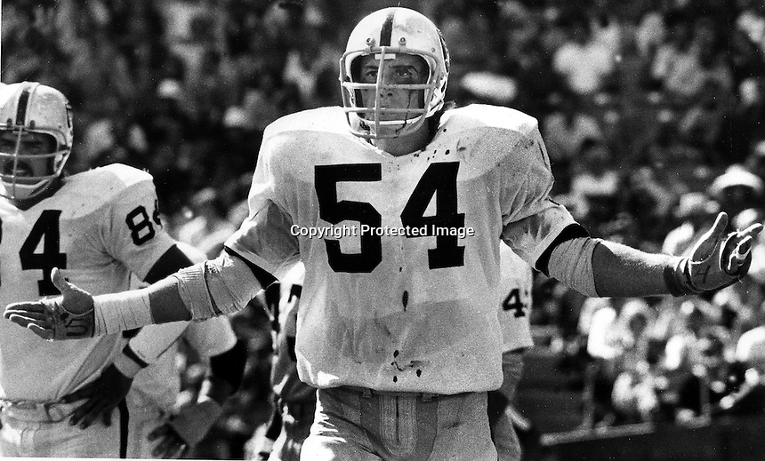 Oakland Raiders Terry Mendenhall bloodied..<br />