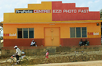Tanzania Handeni, photo studio and shop with Kodak advertisement / Tansania Handeni , Fotostudio Fotoladen mit Kodak Eastman Werbung