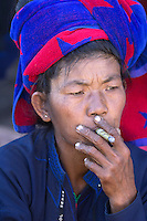 Myanmar, (Burma), Shan State, Inle Lake: Pa-O tribe woman smoking a cheroot | Myanmar (Birma), Shan Staat, Inle See: einheimsche Frau vom Pa-O Volksstamm raucht einen Stumpen
