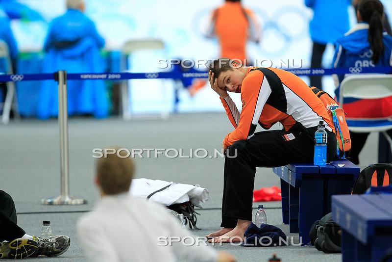 Canada, Vancouver, 12 februari 2010.Olympische Winterspelen 2010 .5000 meter  .Sven Kramer van Nederland wacht vol spanning op het middenterrein van de Olympic Oval in Richmond op de uitslagen van de resterende ritten van de 5000 meter