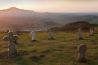 Europe/France/Aquitaine/64/Pyrénées-Atlantiques/Pays-Basque/Ainhoa: Les stèles discoïdales près de la chapelle Notre-Dame d'Aranzazu. Depuis La chapelle    Notre-Dame d'Aubépine ou  Notre Dame d'Aranzazu : (Aubépine)  , ce site à 389m d'altitude présente l'intérêt de proposer l'un des plus beaux panoramas du Labourd sur le cirque de Xareta et la vallée de la nivelle