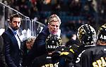 Stockholm 2014-10-14 Ishockey Hockeyallsvenskan AIK - Malm&ouml; Redhawks :  <br /> AIK:s tr&auml;nare Peter Gradin gestikulerar under en timeout med AIK:s spwlare<br /> (Foto: Kenta J&ouml;nsson) Nyckelord:  AIK Gnaget Hockeyallsvenskan Allsvenskan Hovet Johanneshov Isstadion Malm&ouml; Redhawks tr&auml;nare manager coach