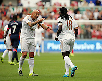 Pictured: Bafetimbi Gomis of Swansea (R) celebrates his opening goal with team mate Jonjo Shelvey (L), making the score 1-0 to his team Saturday 15 August 2015<br />