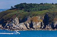 France, Côtes-d'Armor (22), Côte d'Emeraude, Plévenon, Bateau de croisière aux environs de  Fort-la-Latte et les falaises vers le Cap Fréhel // / France, Brittany, Cotes-D'Armor,  Emeraude coast , Fort-la-Latte , Boat cruise around Fort la Latte
