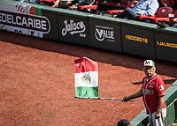 Aficionado con la bandera de mexico, durante el partido de beisbol de la Serie del Caribe con el encuentro entre los Alazanes de Gamma de Cuba contra los Criollos de Caguas de Puerto Rico en estadio de los Charros de Jalisco en Guadalajara, M&eacute;xico, Martes 6 feb 2018. <br /> (Foto: AP/Luis Gutierrez)
