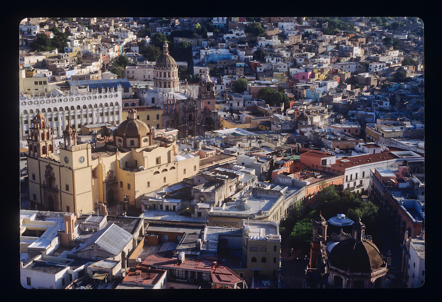 People and street scenes and everyday life in the the colonial city of Guanajuato, Mexico. Photos taken October 1993.(Anacleto Rapping @2007)