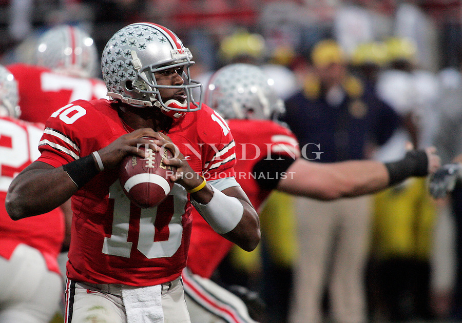 18 Nov 2006: Ohio State quarterback Troy Smith looks for an open receiver to pass the ball, during Ohio State's 42-39 win over Michigan in a college football game at Ohio Stadium in Columbus, OH.
