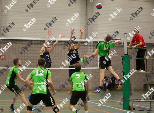 2016-10-15 / Volleybal/ seizoen 2016-2017 / Mendo - Topsportschool / Glassée Jonas (Mendo) test het blok van Peters Berre (8) en D'heer Wout (3) ,Foto: Mpics.be