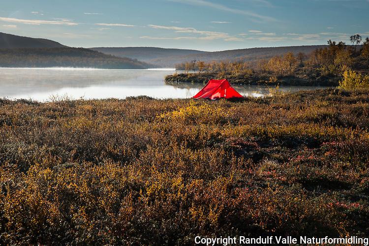 Teltleir ved vann. ---- Camp by lake.