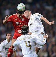 FUSSBALL   CHAMPIONS LEAGUE SAISON 2011/2012  HALBFINALE  RUECKSPIEL      Real Madrid - FC Bayern Muenchen           25.04.2012 Mario Gomez (li, FC Bayern Muenchen) gegen PEPE (re) und Sergio Ramos (vorn, beide Real Madrid)