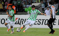MEDELLÍN -COLOMBIA-23-04-2014. Alejandro Bernal (C) y Sherman Cardenas (Izq) de Atlético Nacional de Colombia disputan el balon con Jo (Der) de Atlético Mineiro de Brasil durante el partido por los octavos de final de la Copa Libertadores de América 2014 jugado en el estadio Atanasio Girardot de Medellín, Colombia./ Alejandro Bernal (C) and Sherman Cardenas (L) player of Atletico Nacional of Colombia battle for the ball with Jo (R) of Atletico Mineiro de Brazil during  first leg match for the knockout stages of the Copa Libertadores championship 2014 played at Atanasio Girardot stadium in Medellin, Colombia. Photo: VizzorImage/ Luis Ríos /STR