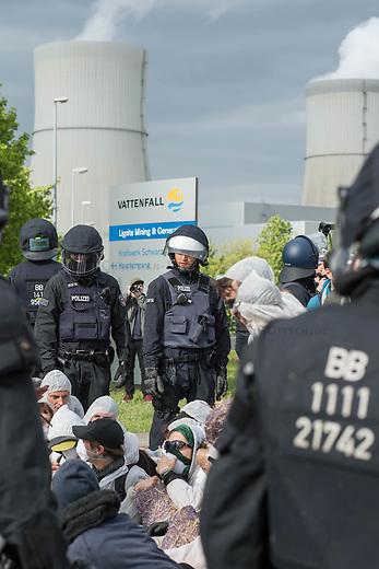 Klimacamp &quot;Ende Gelaende&quot; bei Proschim in der brandenburgischen Lausitz.<br /> Mehrere tausend Klimaaktivisten  aus Europa wollen zwischen dem 13. Mai und dem 16. Mai 2016 mit Aktionen den Braunkohletagebau blockieren um gegen die Nutzung fossiler Energie zu protestieren.<br /> Mehrere hundert Aktivisten stuermten am Nachmittag des 14. Mai das Gelaende des Kraftwerk Schwarze Pumpe. Die Polizei kam nach ca. 20 Minuten auf das Werksgaende und die Aktitivisten vierliessen das Gelaende wieder. Ca. 60 Personen wurden danach von der Polizei festgenommen.<br /> Im Bild: Aktivisten wurden vor dem Kraftwerksgelaende von Polizeibeamten festgesetzt. Personen die versuchten wegzulaufen wurden zum Teil mit Pfefferspray, Teleskopstahlruten und Tonfas von den Beamten daran gehindert.<br /> 14.5.2016, Schwarze Pumpe/Brandenburg<br /> Copyright: Christian-Ditsch.de<br /> [Inhaltsveraendernde Manipulation des Fotos nur nach ausdruecklicher Genehmigung des Fotografen. Vereinbarungen ueber Abtretung von Persoenlichkeitsrechten/Model Release der abgebildeten Person/Personen liegen nicht vor. NO MODEL RELEASE! Nur fuer Redaktionelle Zwecke. Don't publish without copyright Christian-Ditsch.de, Veroeffentlichung nur mit Fotografennennung, sowie gegen Honorar, MwSt. und Beleg. Konto: I N G - D i B a, IBAN DE58500105175400192269, BIC INGDDEFFXXX, Kontakt: post@christian-ditsch.de<br /> Bei der Bearbeitung der Dateiinformationen darf die Urheberkennzeichnung in den EXIF- und  IPTC-Daten nicht entfernt werden, diese sind in digitalen Medien nach &sect;95c UrhG rechtlich geschuetzt. Der Urhebervermerk wird gemaess &sect;13 UrhG verlangt.]