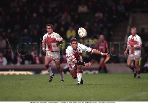 KEVIN SINFIELD (ENG) passes the ball, ENGLAND 2 v Australia 22, Rugby League World Cup, Twickenham, 001028. Photo: Glyn Kirk/Action Plus...2000.pass passes passing