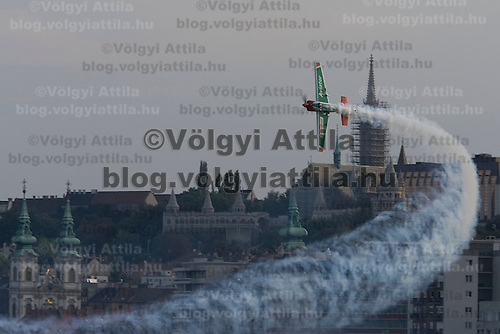 0708193817a Red Bull Air Race international air show qualifying runs over the river Danube, Budapest preceding the anniversary of Hungarian state foundation. Hungary. Sunday, 19. August 2007. ATTILA VOLGYI