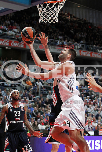 Basket Real Madrid´s Reyes (C) and Bayern Munich´s Delaney during Euroleague Basketball match in Palacio de los Deportes stadium in Madrid, Spain. January 15, 2014. (ALTERPHOTOS/Victor Blanco)
