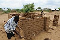 KENIA Turkana Region, refugee camp Kakuma, vocational training, carpenter and building construction / Fluechtlingslager Kakuma, Berufsausbildung fuer Fluechtlinge, Bau von Haeusern aus Lehm