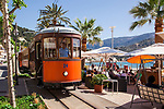 Spanien, Balearen, Mallorca, Port de Soller, die historische Trambahn bei der Einfahrt in den Bahnhof Spain, Balearic Islands, Majorca, Port de Soller, the historic tram arriving at the railway station