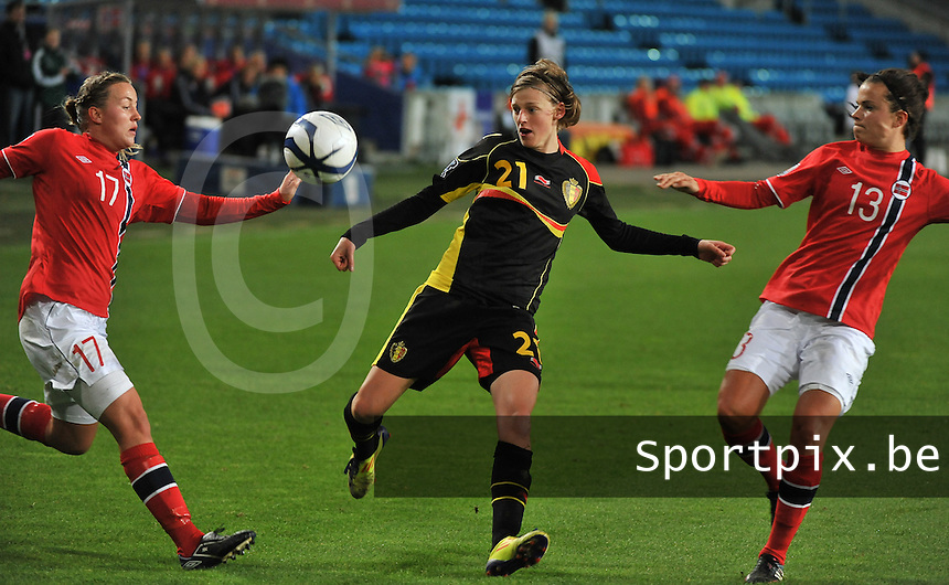 20130925 - OSLO , NORWAY : Belgian Yana Daniels (21) pictured surrounded with Norwegian Kristine Hegland (17) and Norwegian Cathrine Dekkerhus (13) during the female soccer match between Norway and Belgium , on the second matchday in group 5 of the UEFA qualifying round to the FIFA Women World Cup in Canada 2015 at the Ullevaal Stadion , Oslo . Wednesday 25th September 2013. PHOTO DAVID CATRY