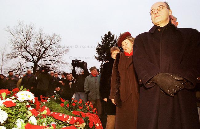 Zum Gedenken an die vor 81 Jahren am 15. Januar 1919 ermordeten Rosa Luxemburg und Karl Liebknecht kamen 80.000 Menschen zur Gedenkstaette der Sozialisten nach Berlin-Friedrichsfelde. Die Veranstaltung wurde von 2.000 Polizisten, darunter etliche Scharfschuetzen, gesichert.<br /> Am Wochenende zuvor wurde das Gedenken von Polizei und Innensenat wegen einer ominoesen Anschlagsdrohung verboten.<br /> Hier: Die Fuehrungsspitze der PDS an der Gedenkstaette. Gregor Gysi (rechts) und Christa Luft (links neben ihm).<br /> Berlin, 15.1.2000<br /> Copyright: Christian-Ditsch.de<br /> [Inhaltsveraendernde Manipulation des Fotos nur nach ausdruecklicher Genehmigung des Fotografen. Vereinbarungen ueber Abtretung von Persoenlichkeitsrechten/Model Release der abgebildeten Person/Personen liegen nicht vor. NO MODEL RELEASE! Nur fuer Redaktionelle Zwecke. Don't publish without copyright Christian-Ditsch.de, Veroeffentlichung nur mit Fotografennennung, sowie gegen Honorar, MwSt. und Beleg. Konto: I N G - D i B a, IBAN DE58500105175400192269, BIC INGDDEFFXXX, Kontakt: post@christian-ditsch.de<br /> Bei der Bearbeitung der Dateiinformationen darf die Urheberkennzeichnung in den EXIF- und  IPTC-Daten nicht entfernt werden, diese sind in digitalen Medien nach &sect;95c UrhG rechtlich gesch&uuml;tzt. Der Urhebervermerk wird gemaess &sect;13 UrhG verlangt.]