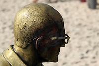 Rio de  Janeiro,15 de junho de 2012- Na  manh&atilde; dessa  sexta-feira(15) a  secretaria  de  conserva&ccedil;&atilde;o e iniciativa  privada  realizaram  a  coloca&ccedil;&atilde;o  do  &oacute;culos do busto de  Carlos  Droumond de  Andrade na  praia de CopacabanaRJ.<br /> Guto Maia Brazil Photo Press