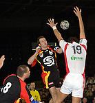 Handball Herren, Laenderspiel, UNIVERSA-CUP Hanns-Martin-Schleyerhalle Stuttgart (Germany) Nationalmannschaften, 1000. Laenderspiel der deutschen Nationalmannschaft, Deutschland - Ungarn (26:25) Christian Rose (GER) wirft den Ball Laszlo Nagy (HUN) reisst die Arme zum Block nach oben