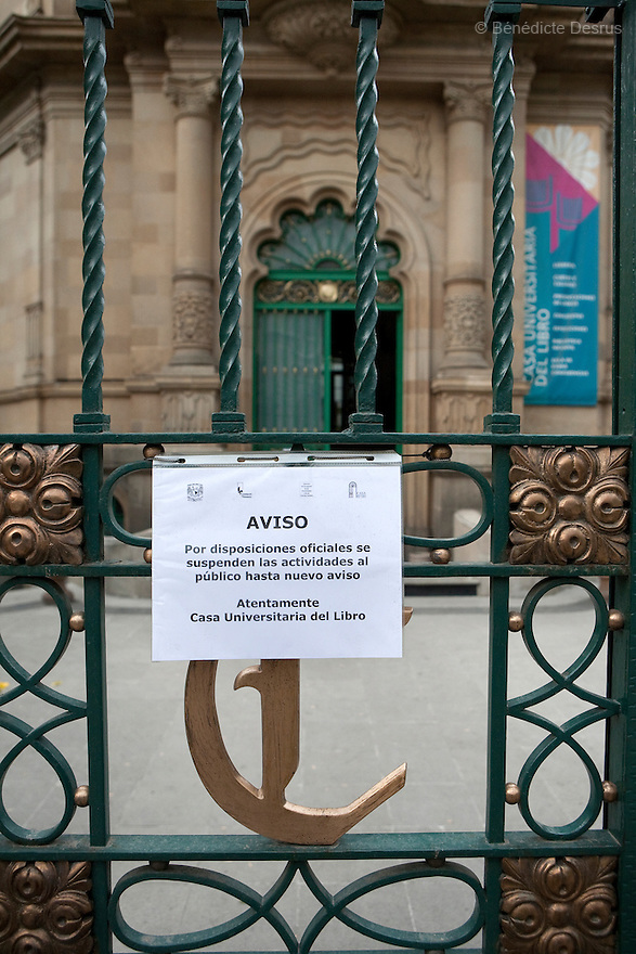 27 April 2009 - Mexico City, Mexico - A sign informs people that a library is shut until further notice, due to swin Flue.  In Mexico City, things a noticably quieter, the normally busy and crowded plazas, parks and food stalls have been much more tranquil over the past couple days. Lots of people stay home and public places shut due to swine flu. Photo credit: Benedicte Desrus / Sipa Press